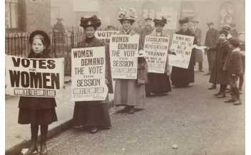 Women stand in gutter for a poster parade organised by the Women's Freedom League to promote the suffrage message © Museum of London.