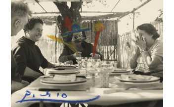 Edouard Pignon, Anna M. Torra, Pablo Picasso and Sra. Lacourière at the restaurant La  Colombe Sant  Paul de Vence, 11/10/58. Gustau Gili and Anna M. Torra Archive. Museu Picasso, Barcelona ©Succession Pablo Picasso, VEGAP, Madrid 2018