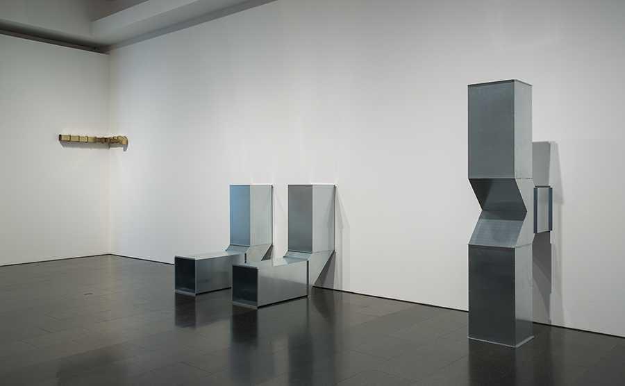 """Charlotte Posenenske, Square Tubes: Series D, 1967/2010, a l'exposició """"Sota la superfície"""", Museu d'Art Contemporani de Barcelona, 2017. Foto: La Fotogràfica."""