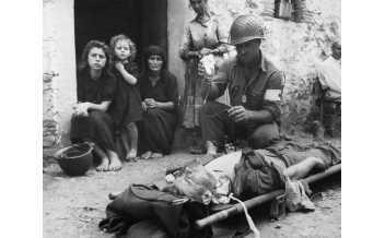 Un soldato americano soccorre un suo compagno colpito dalle schegge di una bomba, 8 agosto 1943, Sicilia Autore sconosciuto o non fornito © U.S. National Archives and Records Administration