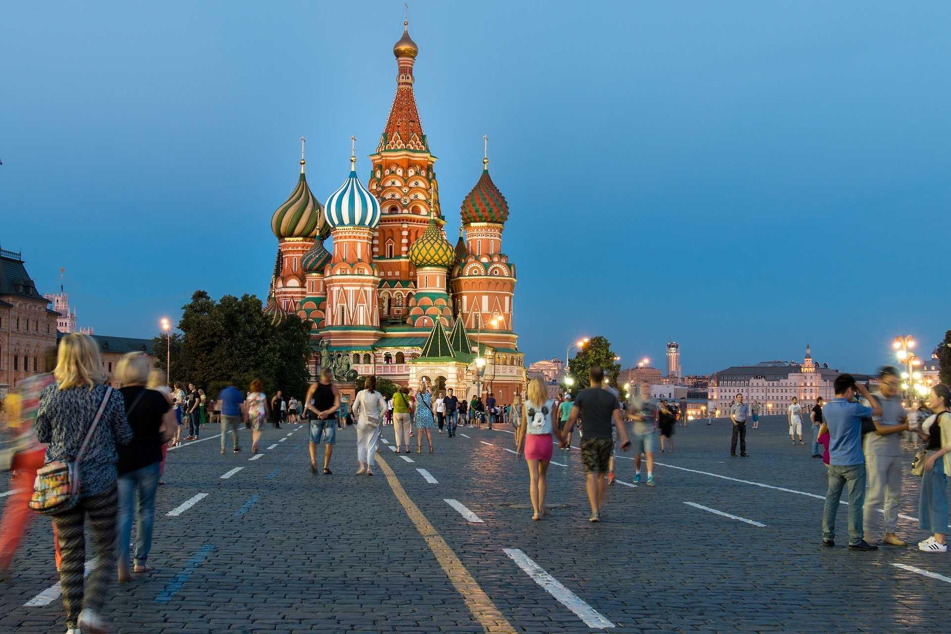 https://pixabay.com/photos/moscow-red-square-russia-tourism-1556561/